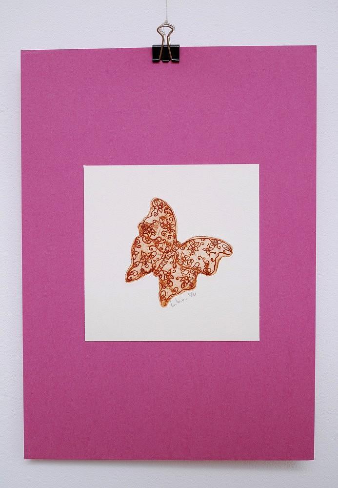 Un petit papillon | ref-G-0128-2015,<br/>Gravure  imprimée en rouge - Format 12,5 x 12,5 cm + fond rose de 21 x 30 cm<br/> Prix de vente 10€ + 5€ de frais d'expédition