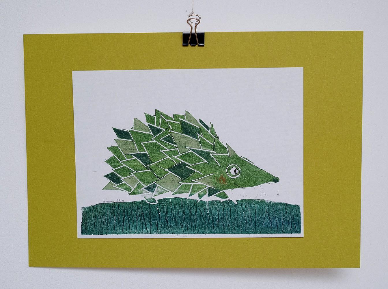 Linogravure du petit hérisson   ref-G-0127-2015,<br/>Linogravure  imprimée en vert, rehaussée au crayon- Format 15 x 20 cm + fond vert de 21 x 30 cm<br/> Prix de vente 15€ + 5€ de frais d'expédition