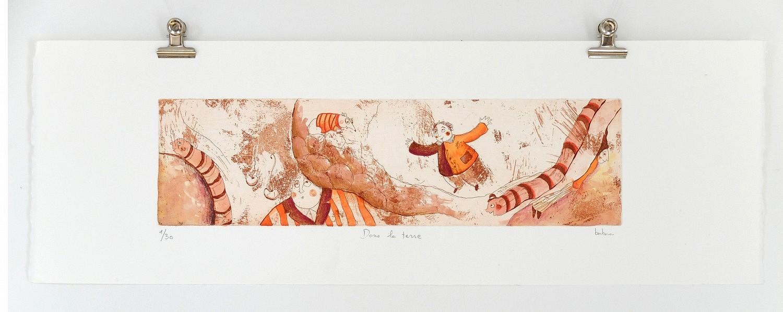 Dans la terre   ref-G-011-2015,<br/>Gravure  imprimée en sépia, rehaussée à la gouache- Format 19 x 57 cm<br/> Prix de vente 80€ + 8€ de frais d'expédition